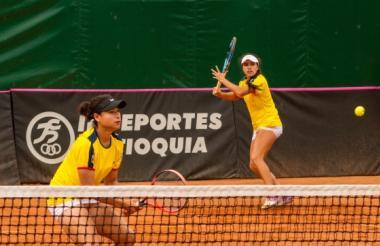 María Fernanda Herazo (izq.) haciendo dupla con María Camila Osorio.