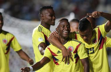Los jugadores de la Selección Colombia felices con el triunfo ante Venezuela.