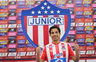 Matías luce la rojiblanca tras firmar su contrato con Junior.