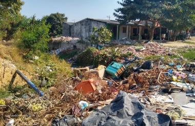 Muebles, mesas, escaparates son lanzados como basura al lugar.