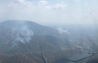 Toma aérea de un sector de la Sierra Nevada, en la que se observan unos incendios en  varios sectores.