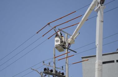 Contratistas de Electricaribe realizan mantenimientos en las redes de B/quilla.