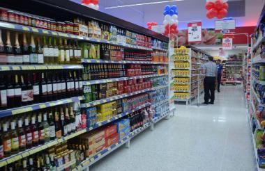 Estante de vinos en un supermercado de B/quilla.