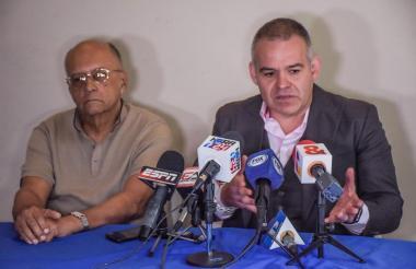 Jorge Humberto Klee (izquierda) junto a Gilberto J. Mendoza, presidente de la Asociación Mundial de Boxeo (AMB).