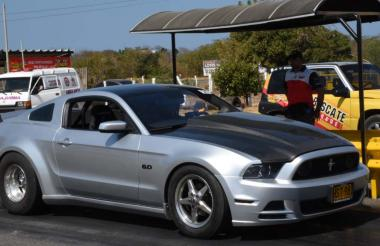 Fernando Esmeral y su Ford Mustang van por el título.