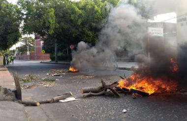 Los residentes del sector bloquearon tres calles con llantas que incendiaron.