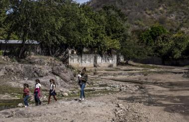 Habitantes de Badiraguato, Sinaloa, caminan cerca del arroyo del mismo nombre.