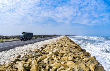 Un camión transita por el kilómetro 19 de la vía B/quilla-Ciénaga, que se encuentra protegido por el enrocado.