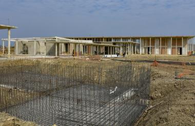 En primer plano, el lugar donde se construye la piscina. En el fondo, los edificios de la sede en obra negra.