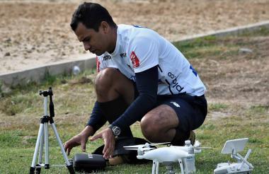 Héctor Beleño Galván con sus herramientas de trabajo en la práctica del Junior.
