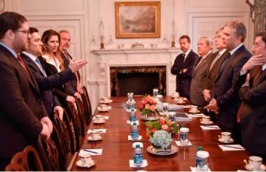 El presidente Duque en su encuentro de este miércoles con el embajador de Veneziuela en Washington, Carlos Vecchio.