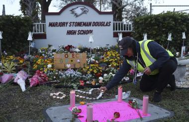 Ofrendas en Marjory Stoneman Douglas High School, donde se presentó el tiroteo el año anterior.
