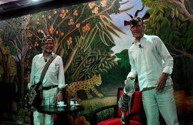 Santiago Mutis junto a Julio Olaciregui al recibir las tradicionales máscaras del Carnaval de las Artes.