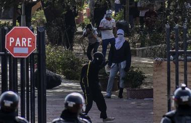 Encapuchados y miembros del Esmad se enfrentan en una de las zonas de acceso a la Uniatlántico.