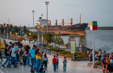 Un grupo de personas llegan al Malecón para tomarse una foto con el barco B Atlantic.