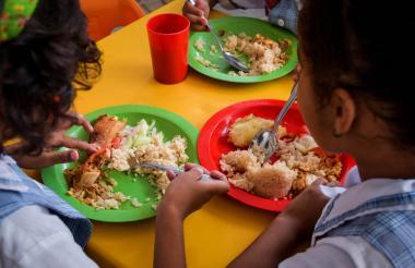 Estudiantes del IED Mundo Bolivariano de Barranquilla comen su almuerzo.