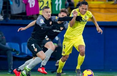 El delantero Carlos Bacca luchando el balón en el juego ante el Sevilla.