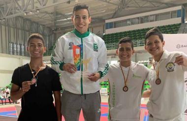 El karateca barranquillero Luis Triviño (centro) posa para la foto con los otros ganadores del torneo