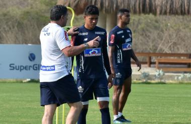 Serje recibiendo indicaciones del técnico Suárez.