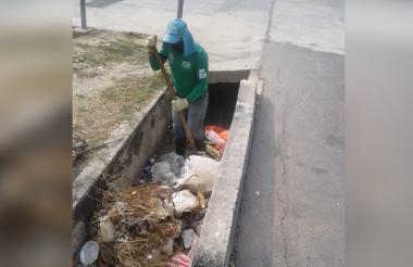 Guardaparques realizan limpieza en canal de la 30.
