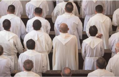 Sacerdotes mexicanos durante eucaristía.