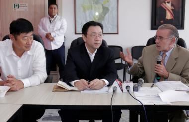 El gobernador Eduardo Verano con el embajador de China en Colombia, Li Nianping, y el miembro del Comité Provincial de Jiangsu del Partido Comunista y ministro del Departamento de Trabajo del Frente Unido, Yang Yue.
