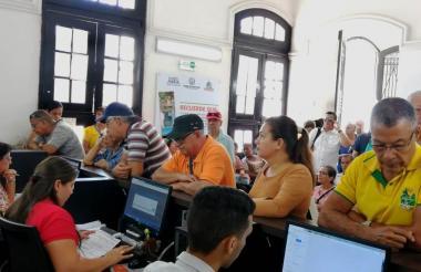 Un grupo de samarios cuando recibían atención en la oficina de impuesto para el pago del predial.