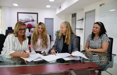 De der a izq: la secretaria de Educación, Bibiana Rincón; la secretaria General, Ana María Aljure; y la representante del PMA en el país, Deborah Hines.