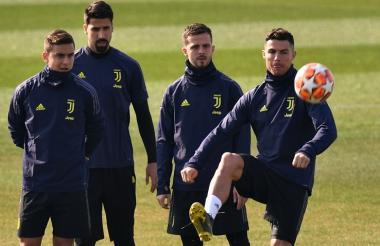 Cristiano Ronaldo intenta dominar el balón ante la mirada de Dybala, Khedira y Pjanic.