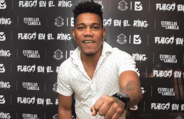 El boxeador barranquillero Jeovanis 'El Meke' Barraza durante la presentación de la cartelera 'Fuego en el ring' que organiza Estrellas en la Candela.