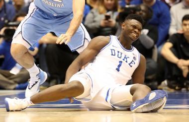 Zion Williamson, de la Universidad de Duke, da muestras de dolor luego de que sufriera el inconveniente con su zapatilla.