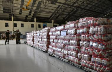 Soldados cuidan en Cúcuta, paquetes de arroz, como parte de la ayuda humanitaria para Venezuela.