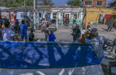 Un grupo de caseteros observa cómo son destruidas las casetas ubicadas en la plaza.