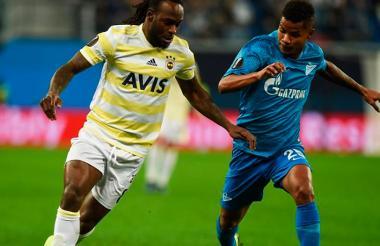 Wílmar Barrios marcando al nigeriano Victor Moses en el juego que el Zenit le ganó 3-1 al Fenerbahce el jueves pasado.