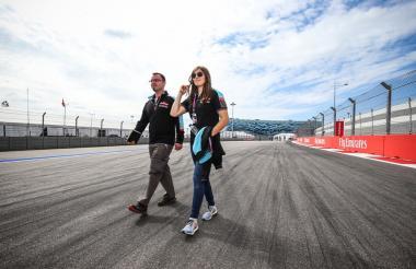 La piloto Tatiana Calderón caminando en la pista.
