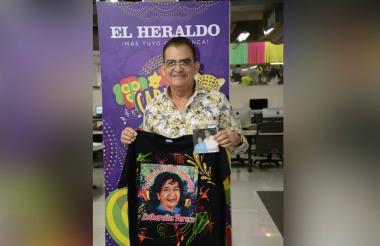 Eduardo Jinete en EL HERALDO con la camiseta que lucirá la orquesta en el recorrido.
