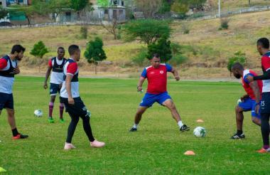 El técnico del Unión Magdalena, Harold Rivera, jugando al 'bobito' con sus dirigidos en un entrenamiento.