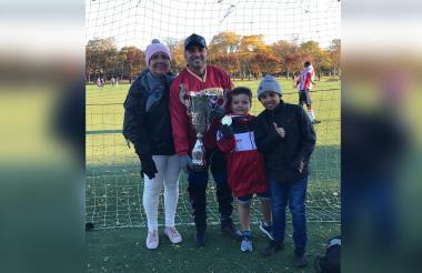 Hayder, junto a su madre y unos sobrinos, posando con un trofeo en los EEUU.