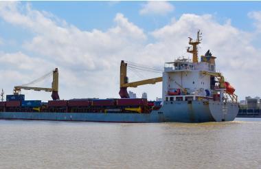 Embarcación fondeada en uno de los muelles de la zona portuaria de la ciudad.