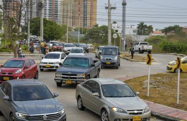 Vehículos particulares en una rotonda del Corredor  Universitario, sitio  de alto tráfico en Puerto Colombia.