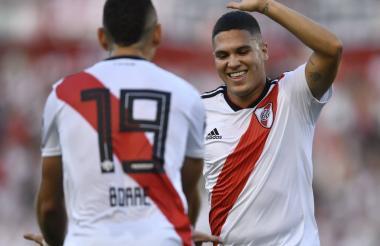 El volante colombiano, Juan Fernando Quintero, festejando su gol con el barranquillero Borré.