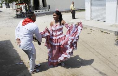 Jeferson Porras y Valentina Jiménez bailan vestidos de cumbiamberos en la carrera 16 con calle 7.