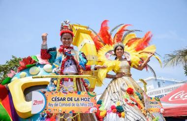 César de la Hoz e Isabella Chacón desfilaron en su carroza real.