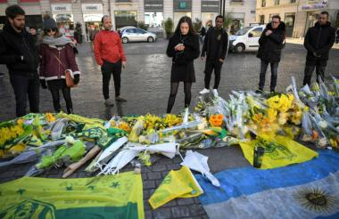 Aficionados del Nantes llevando flores a Emliano Sala