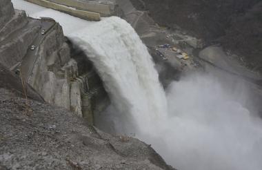 Descarga de agua del río Cauca por el vertedero, en las obras que se realizan en Hidroituango.