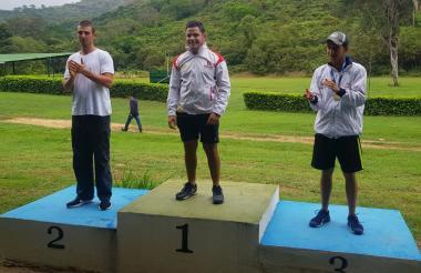 El atlanticense Kevin Donado (centro) junto a Daniel Pacheco (i) y Luis Morales.