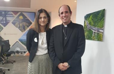 La ministra Ángela Marís Orozco y el párrodo Diógenes Marrero.
