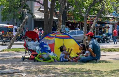 Jeison Castillo atiende a las tres menores con las que vive en el bulevar.