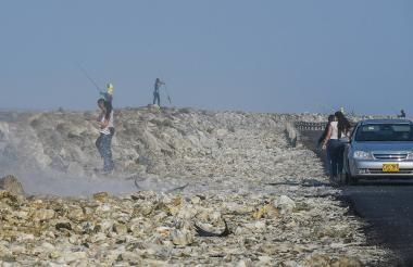 Un grupo de personas intentan escalar las piedras del kilómetro 19.