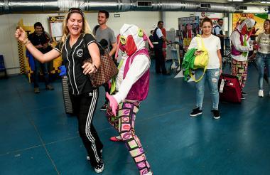 Maribel Barrios, barranquillera proveniente de EEUU, baila con una marimonda.